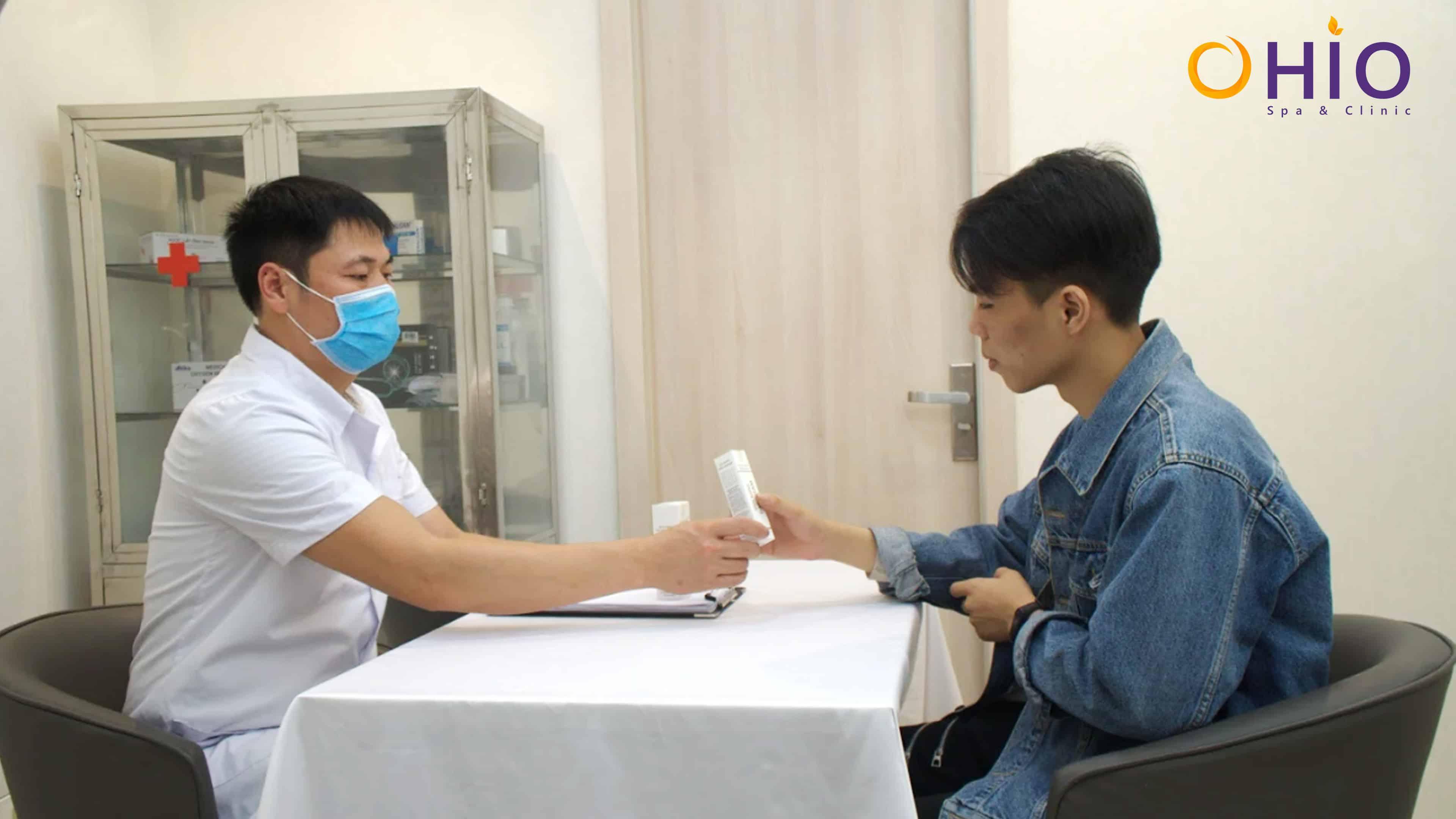 Khách hàng nam đến nhờ tư vấn chữa trị tàn nhang trên mặt