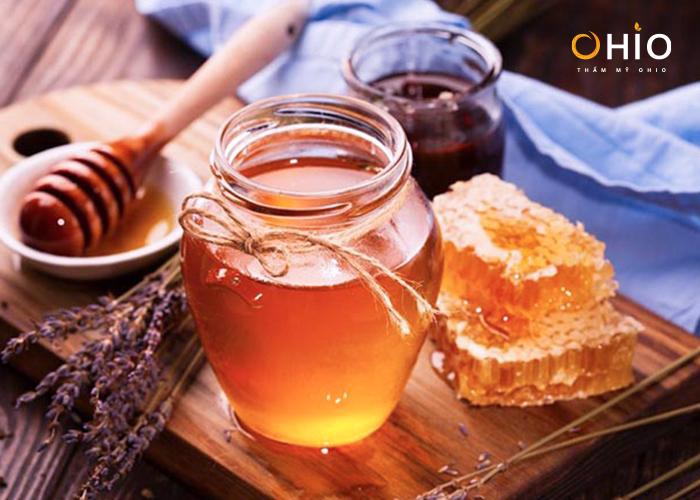 Phương pháp khử thâm môi bằng mật ong.