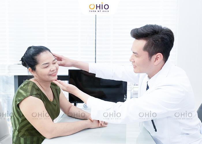 Bác sĩ Trịnh Trung Thực thực hiện thăm khám cho khách hàng luôn tận tâm và chu đáo